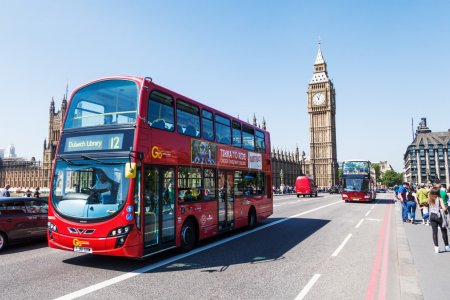 Pont de Westminster avec Big Ben et bus rouges à Londres, Royaume-Uni