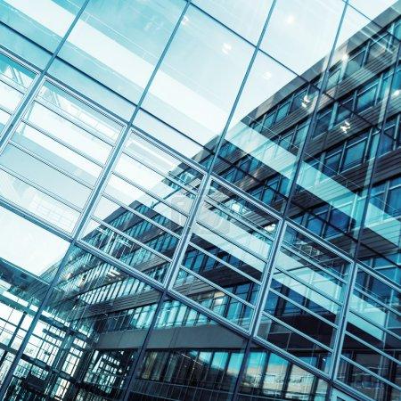 façade en verre d'un immeuble de bureaux