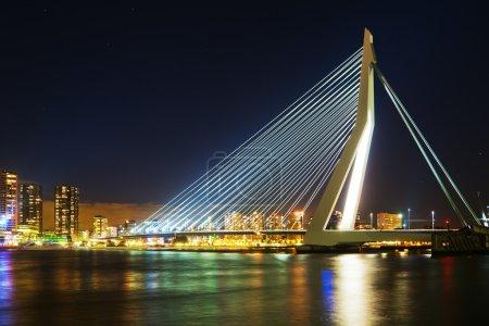 Photo pour Pont Erasmus, en néerlandais : Erasmusbrug, la nuit. Il s'agit d'un pont à haubans traversant la Nieuwe Maas, conçu par Ben van Berkel et achevé en 1996, long de 802 mètres avec un pylône asymétrique de 139 mètres de haut - image libre de droit