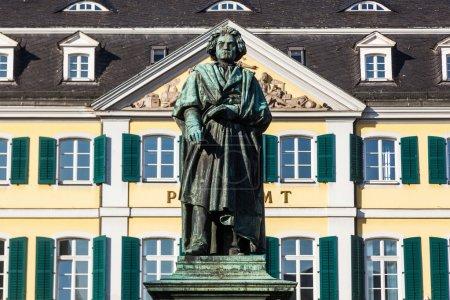 Photo pour Beethoven Monument, une grande statue en bronze de Ludwig van Beethoven sur la Münsterplatz à Bonn, Allemagne - image libre de droit