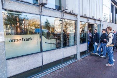 Photo pour Maison d'Anne Frank avec des personnes non identifiées le 13 novembre 2014 à Amsterdam. C'est un musée biographique dédié au chroniqueur de guerre juif Anne Frank - image libre de droit