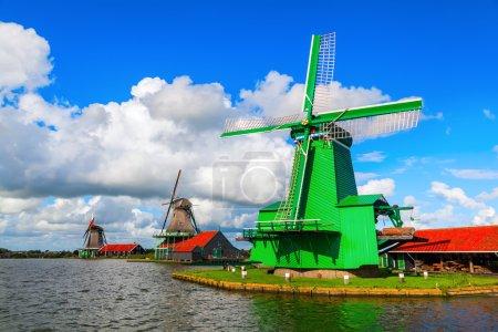 Photo pour Vieux moulin à vent à Zaanse Schans, Pays-Bas - image libre de droit