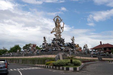 Photo pour Des sculptures représentant des histoires de la mythologie balinaise décorent des intersections de rue dans la ville d'Ubud sur l'île de Bali . - image libre de droit