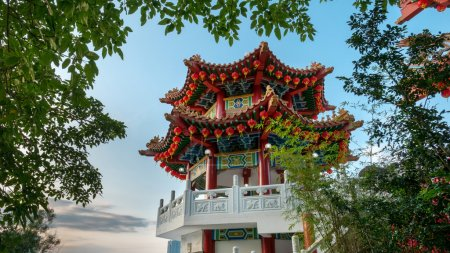 Photo pour Detail of Thean Hou Temple pagoda with decorations and traditional Chinese art deco designs on beams and pillars. - image libre de droit