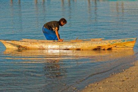 Photo pour SABAH, MALAISIE - 28 JUIN 2008 : Un gitan de mer non identifié prend un bateau à la mer de son village sur l'île de Mabul, à SABAH, MALAISIE le 28 JUIN 2008 - image libre de droit