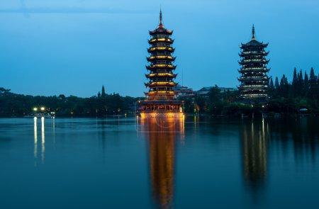 Photo pour Soleil et Lune Twin Pagodas au crépuscule à Guilin, Chine . - image libre de droit