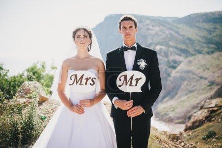 Mariée et marié avec M. et Mme signes