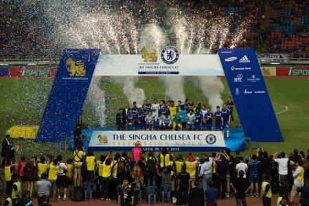 Команда Челси празднует