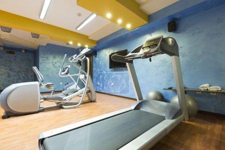 Photo pour Hôtel salle de gym intérieur avec équipementiers - image libre de droit