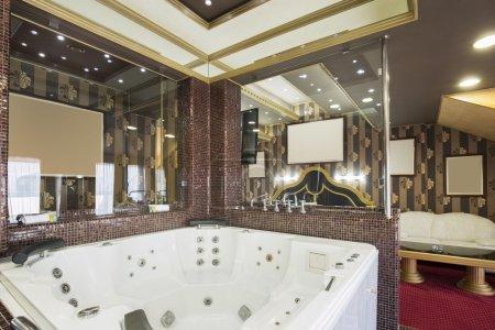 Photo pour Jacuzzi dans une suite d'hôtel de luxe - image libre de droit