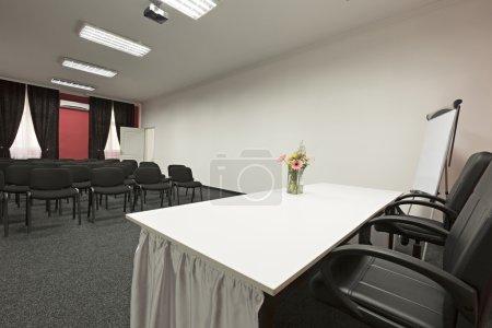 Photo pour Intérieur d'une salle de conférence - image libre de droit