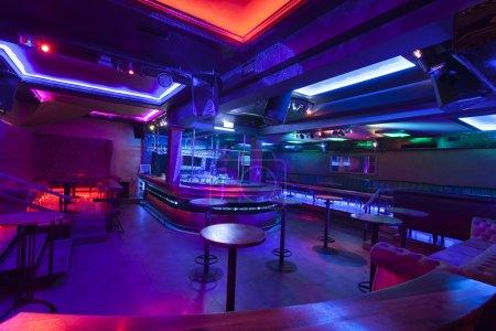 Photo pour Discothèque avec lumières colorées - image libre de droit
