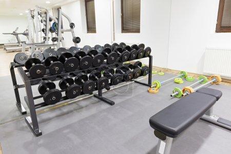 Photo pour Équipement d'exercice dans la salle de gym - image libre de droit
