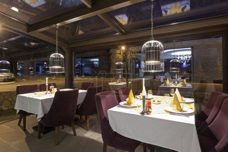 Photo pour Intérieur d'un restaurant élégant - image libre de droit