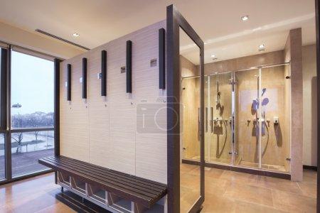 Photo pour Salle fitness et spa, vestiaire et douche - image libre de droit
