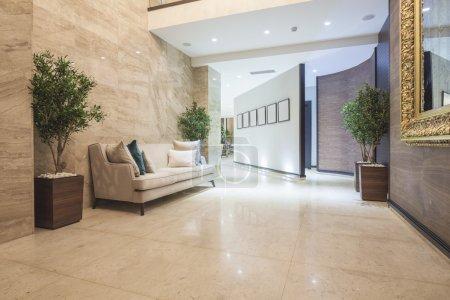 Photo pour Couloir d'hôtel de luxe élégant - image libre de droit