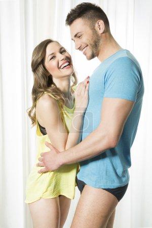 Photo pour Heureux jeune couple amoureux - image libre de droit