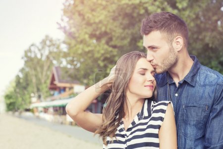 Photo pour Jeune couple affectueux à l'extérieur - image libre de droit
