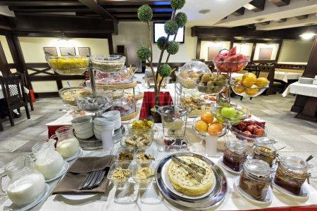 Photo pour Hôtel petit déjeuner servi sur table de buffet - image libre de droit