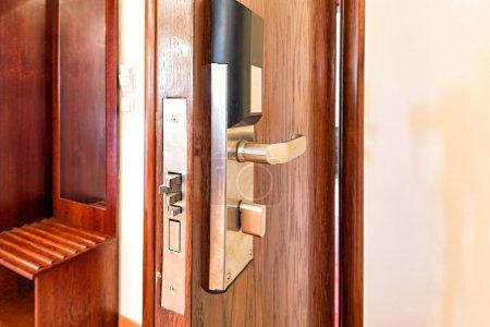 Photo pour Poignée de porte moderne avec serrure - image libre de droit