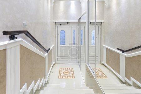 Photo pour Élégant bâtiment escalier et le hall d'entrée - image libre de droit