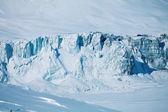 Compressione di ghiacciaio e lago ghiacciato