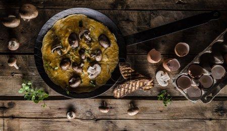 Photo pour Omelette aux champignons forestiers, photo de style rustique, endroit pour la publicité - image libre de droit