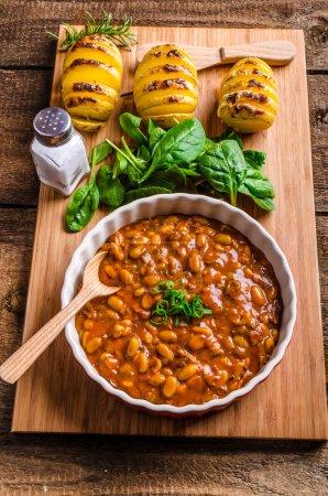Photo pour Haricots cowboy épicés au piment, jalapeno, oignons verts et bacon - image libre de droit