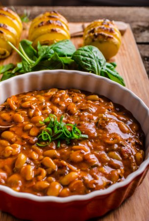Photo pour Spicy cowboy beans with chilli, jalapeno, scallions and bacon - image libre de droit