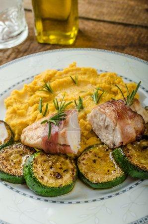 Photo pour Poitrine de poulet avec l'huile d'olive, purée de pois et de jambon Forêt-Noire, table en bois - image libre de droit