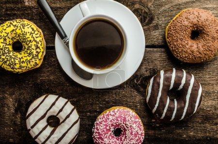 Photo pour Police américaine matin, beignets, jus, café noir frais et son arme - image libre de droit