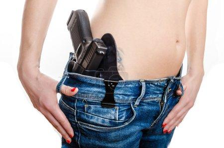 Photo pour Port discret pistolet à sa ceinture, sécurité à la maison, en vertu de la loi - image libre de droit