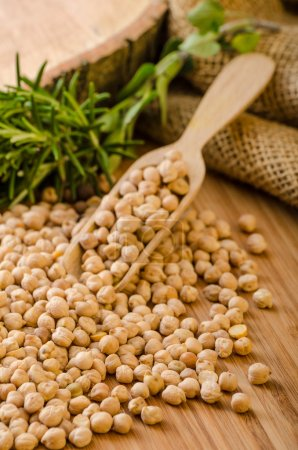 Photo pour Pois chiches crus et sains, Simple mais délicieux légumineuse utilisé dans la cuisine moyen-orientale - image libre de droit