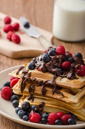 Photo pour Gaufres belges avec fruits et chocolat, fruits de la forêt, tous les pâte maison, délicieux - image libre de droit