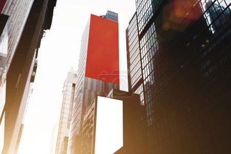 Foto de Vista desde abajo de rascacielos altos con vallas publicitarias. Edificios modernos de gran altura en el centro comercial de la gran ciudad - Imagen libre de derechos