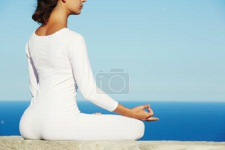 Photo pour Femmes cherchant l'illumination par la méditation, fille détendue effectuant du yoga en plein air à l'extérieur - image libre de droit