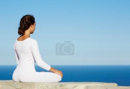 Jeune femme cherchant l'illumination par la méditation pratique yoga en plein air