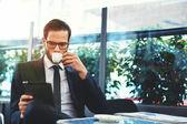 Úspěšný muž pít kávu