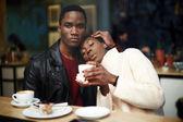 Dunkle Haut Paar im Café sitzen