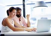 studenten arbeiten mit laptop