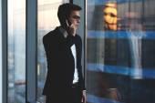 jeune homme d'affaires, parler au téléphone mobile