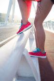 Femme lier la dentelle sur ses chaussures de course