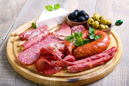 Photo pour Traiteur plateau avec différents produits de viande et fromage - image libre de droit