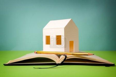 Photo pour Requirements of the house. Paper house on memorandum block - image libre de droit