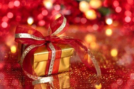 Photo pour Cadeau pour Noël contre les lumières de Noël . - image libre de droit