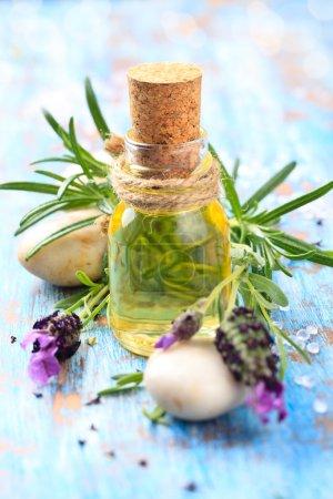 Photo pour Aromathérapie fond spa avec un brin de lavande parfumée à l'huile essentielle . - image libre de droit