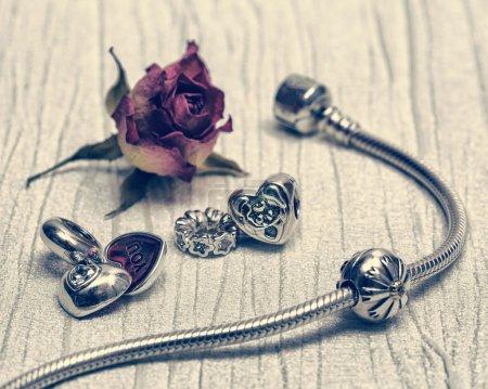 Photo pour Bracelet Pandora des femmes, close-up de charmes, de bijoux, de style rétro - image libre de droit