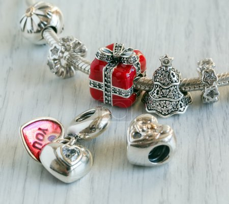 Photo pour Bracelet Pandora des femmes, close-up de Charms, bijoux - image libre de droit