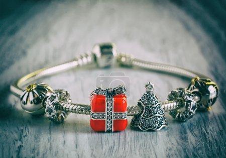 Photo pour Bracelet Pandora des femmes, style rétro, vintage, bijoux, gros plan de charmes - image libre de droit