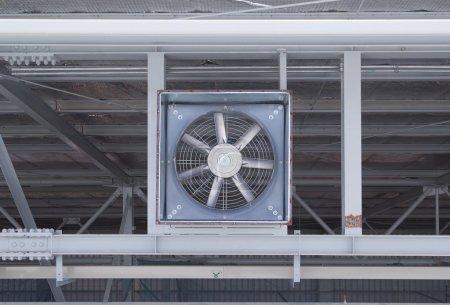 Photo pour Grand ventilateur pour aspirer l'air à l'intérieur à l'extérieur de l'usine . - image libre de droit